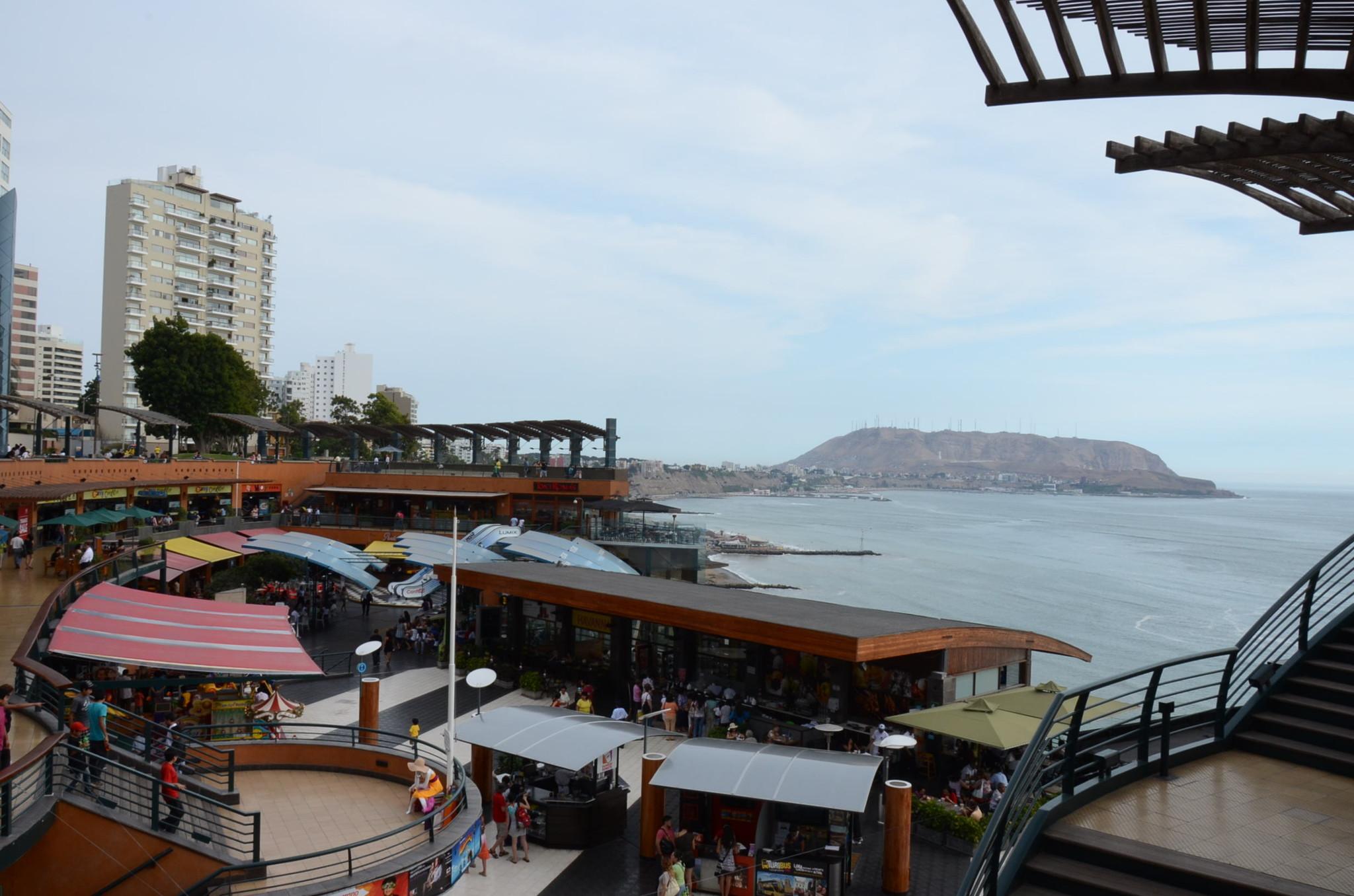 ラルコマル、崖の側面にある不思議なショッピングセンター